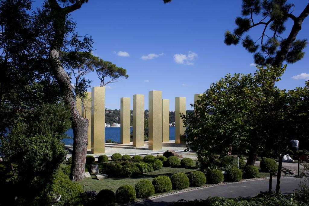 "Installationsansicht: Heinz Mack: ""The Sky Over Nine Columns"" (2012-2014) im Park des Sakip Sabanci Museums Private Collection Germany, Courtesy Galerie Beck & Eggeling. Foto: ZERO foundation"