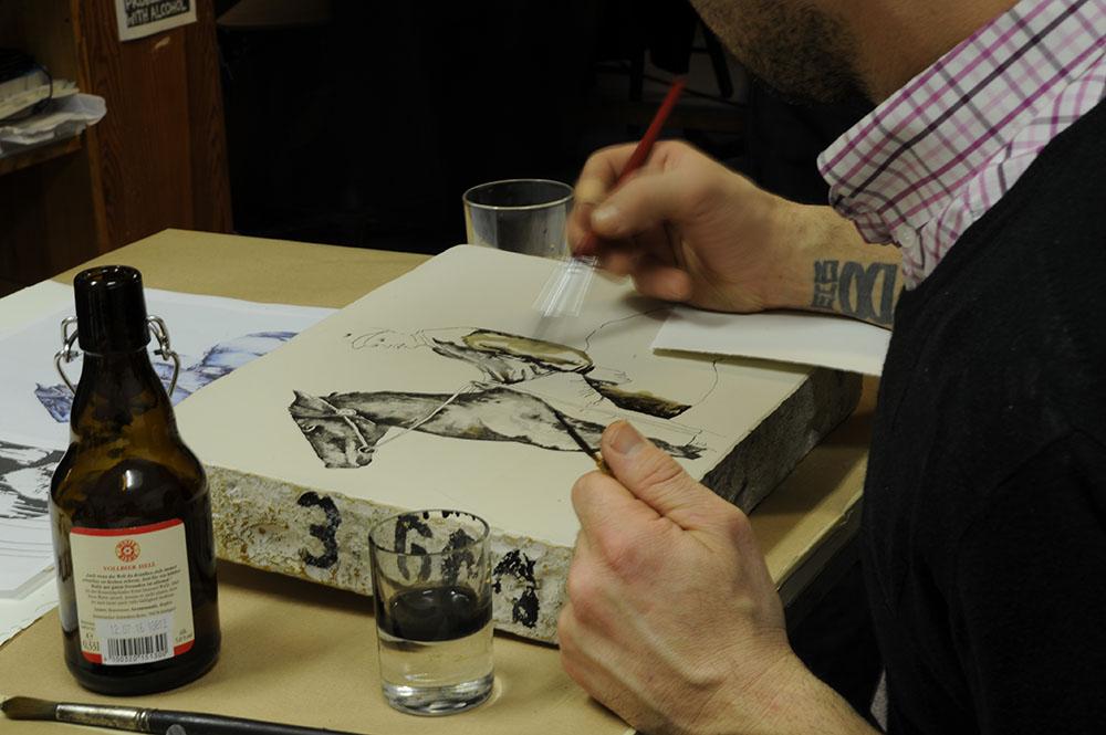 Arbeiten an einem Lithostein während des LITHOMANIA Happenings @ Jan Kage